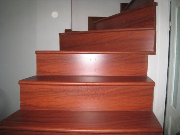 Cầu thang được thiết kế từ gỗ gỏ đỏ