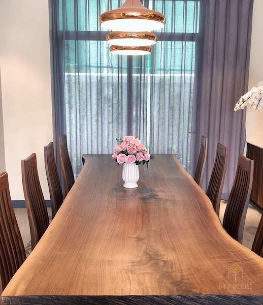 Mẫu bàn ăn gỗ nguyên tấm đang trưng bày sẵn hàng tại showroom MYHOUSE