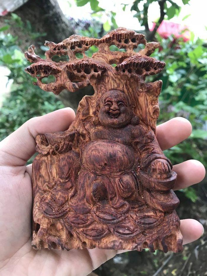 Tượng bằng chất liệu gỗ sưa đỏ