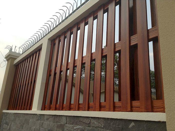 Hàng rào biệt thự đẹp bằng bê tông giả gỗ - Mẫu 3