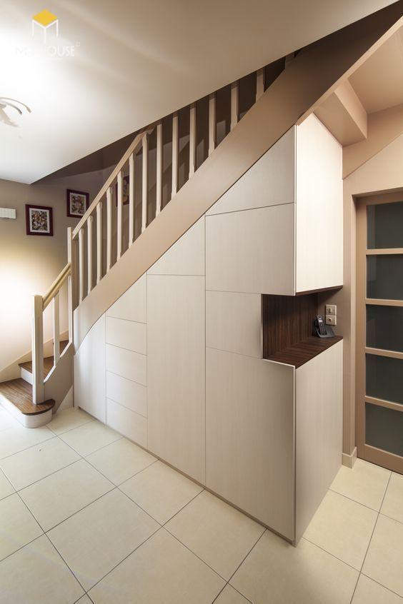 Bài trí tủ âm tường dưới chân cầu thang