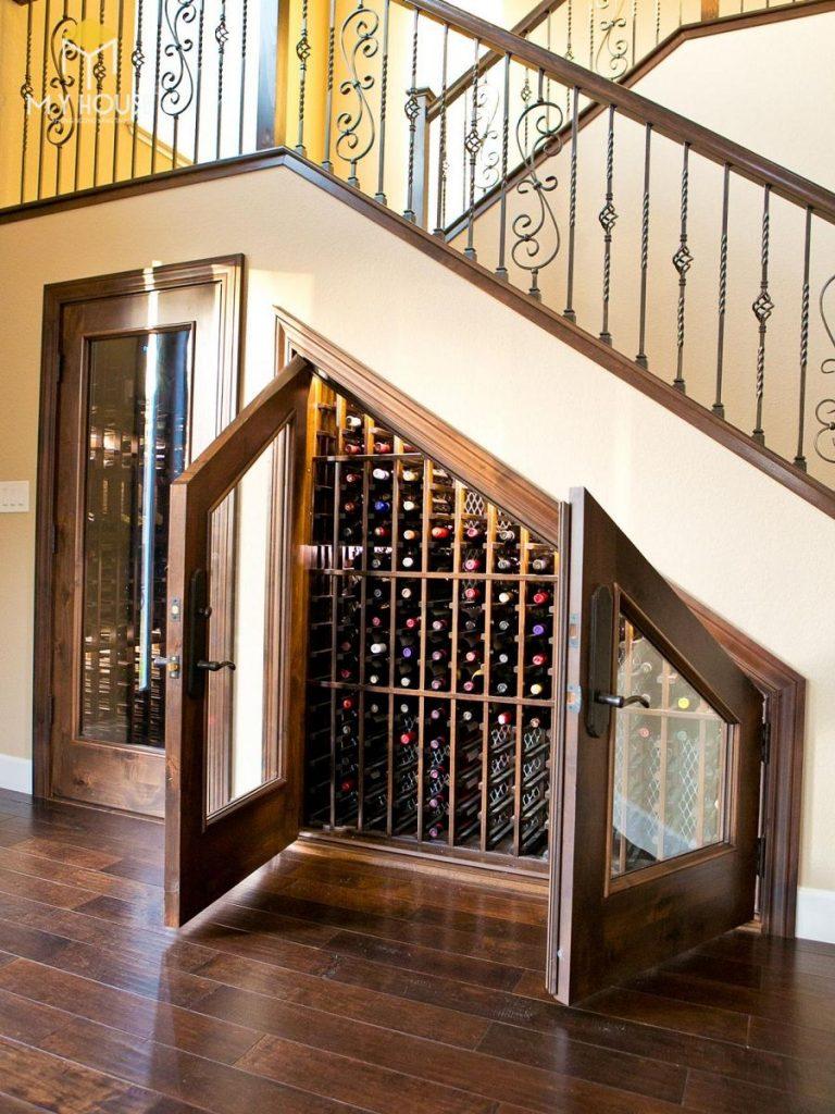 Trang trí gầm cầu thang bằng tủ rượu