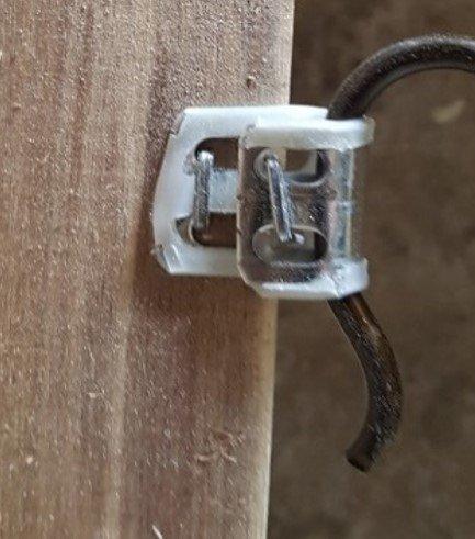 pát sắt không được cố định tại vị trí ≥15mm tính từ mép trong thanh gỗ -1