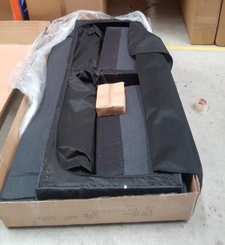 Chân sofa bed được cho vào bên trong của sofa cùng với 2 tay vịn
