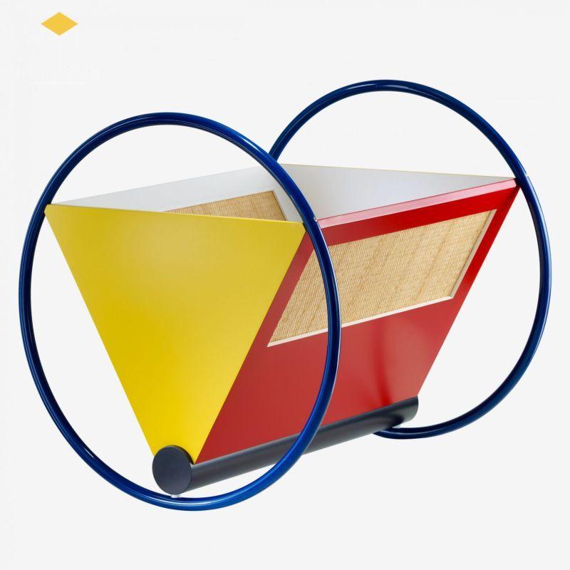 Chiếc nôi do ông thiết kế bao gồm các phom dáng hình học như hình tam giác, hình chữ nhật mà một số màu sắc cơ bản