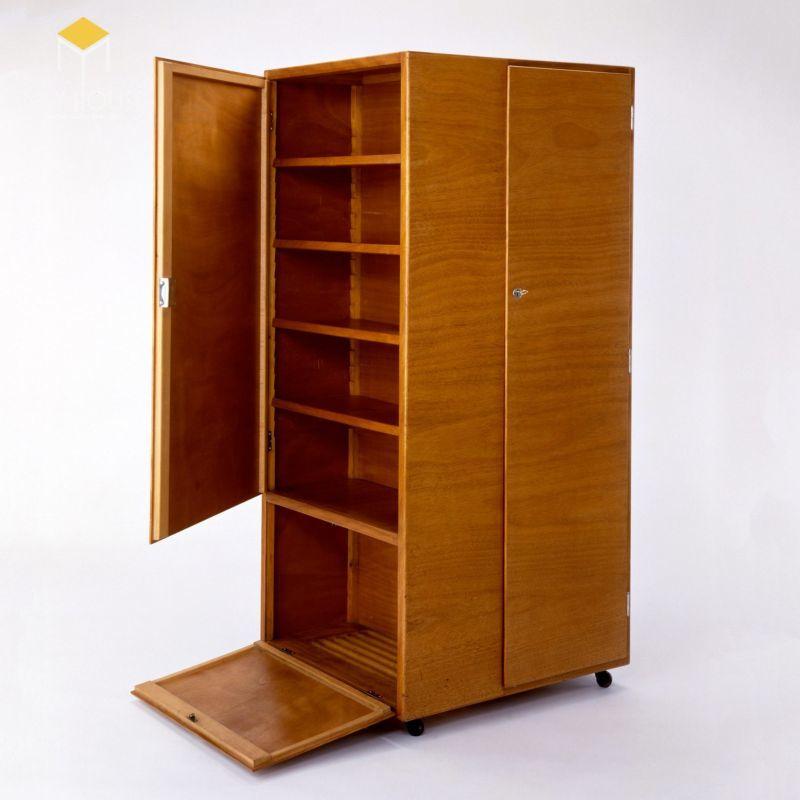 Sản phẩm tủ quần áo do Josef Pohl thiết kế năm 1929 nhìn qua có vẻ đơn giản nhưng xét về công năng sử dụng lại vô cùng đặc biệt.