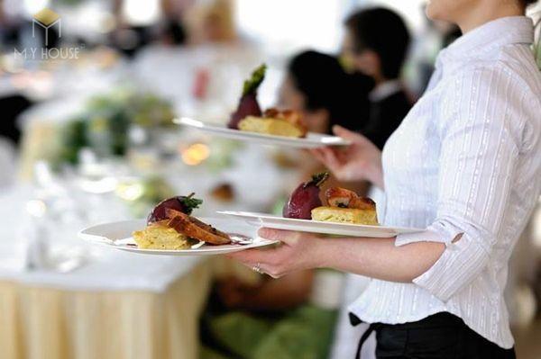 Nhân viên này chịu trách nhiệm về bài trí, phục vụ các món ăn tự chọn