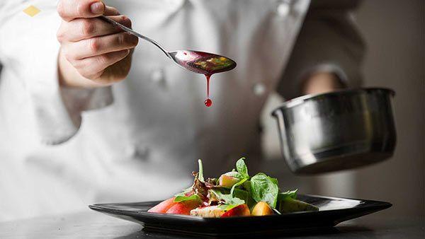 Giám đốc nhà hàng sẽ đặt ra các tiêu chuẩn về văn hóa phục vụ, chịu trách nhiệm trong tuyển dụng, đào tạo nhân viên