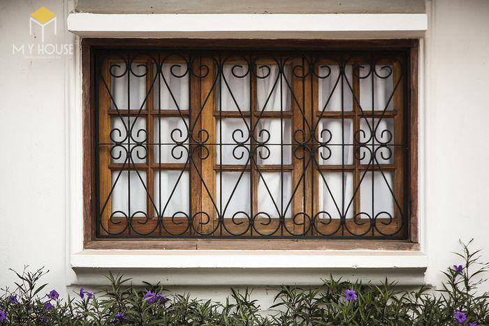 Song chắn cửa sổ sắt với nhiều hoa văn ấn tượng - M7