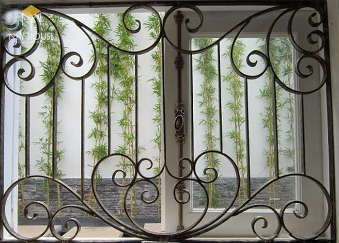 Song chắn cửa sổ sắt với nhiều hoa văn ấn tượng - M6