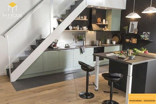 Tận dụng không gian gầm cầu thang làm tủ bếp tiết kiệm đáng kể không gian
