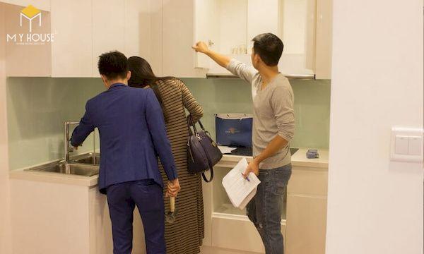 Kiểm tra các hạng mục bàn giao sẵn như tủ bếp, tủ áo có đồ liền tường