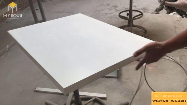 Gỗ được bọc nhiều lớp sơn để bền và chống chầy xước