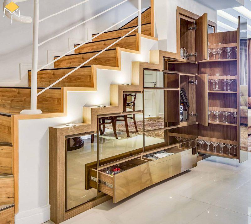 Tràn trí cầu thang bằng tủ rượu sang trọng