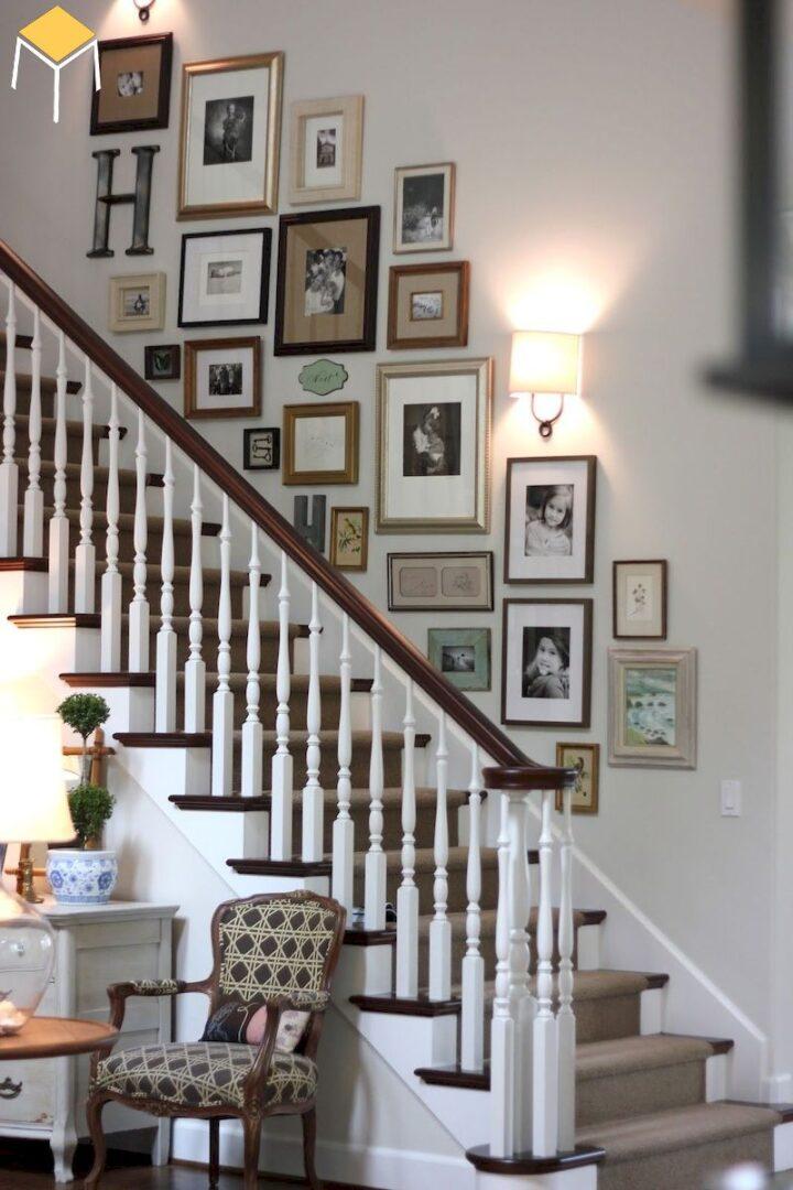 Trang trí cầu thang bằng ảnh gia đình