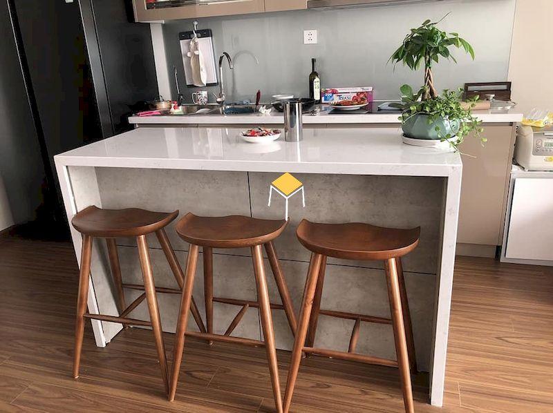 Mẫu ghế quầy bar gỗ óc chó đẹp cho chung cư