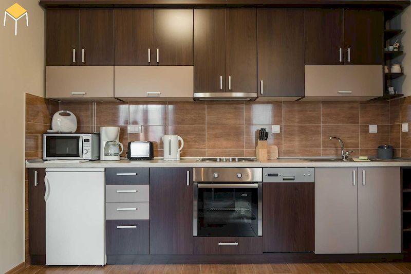 Thiết kế nhà bếp ở nông thôn gỗ công nghiệp phủ melamine óc chó