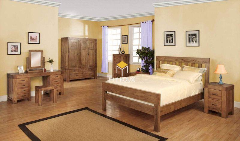 Thiết kế nội thất phòng ngủ với giường gỗ 4 chân cao