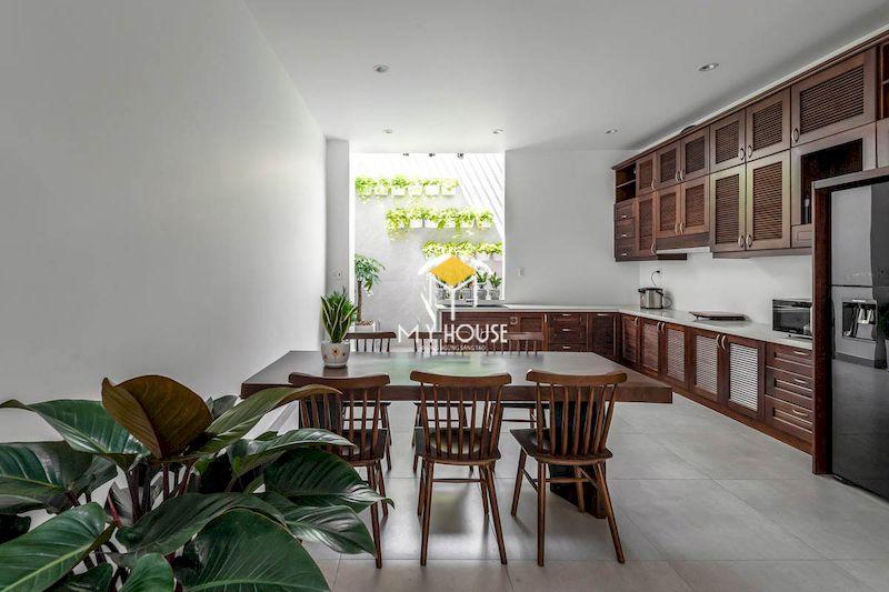 Thiết kế nội thất phòng bếp gỗ tự nhiên cho nhà ống