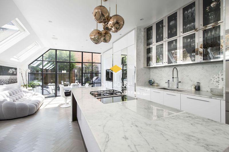 Mẫu tủ bếp sơn trắng dễ dàng áp dụng cho mọi không gian nội thất hiện đại, tân cổ điển
