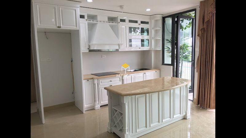 Tủ bếp gỗ tự nhiên sơn màu trắng