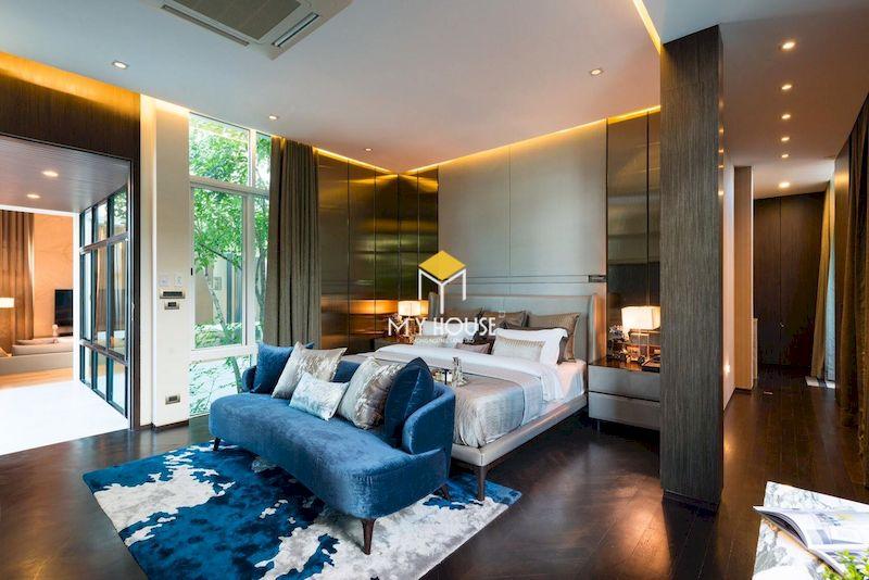 Thiết kế phòng ngủ master chia làm nhiều khu vực: giường ngủ, phòng thay đồ, góc thư giãn,...