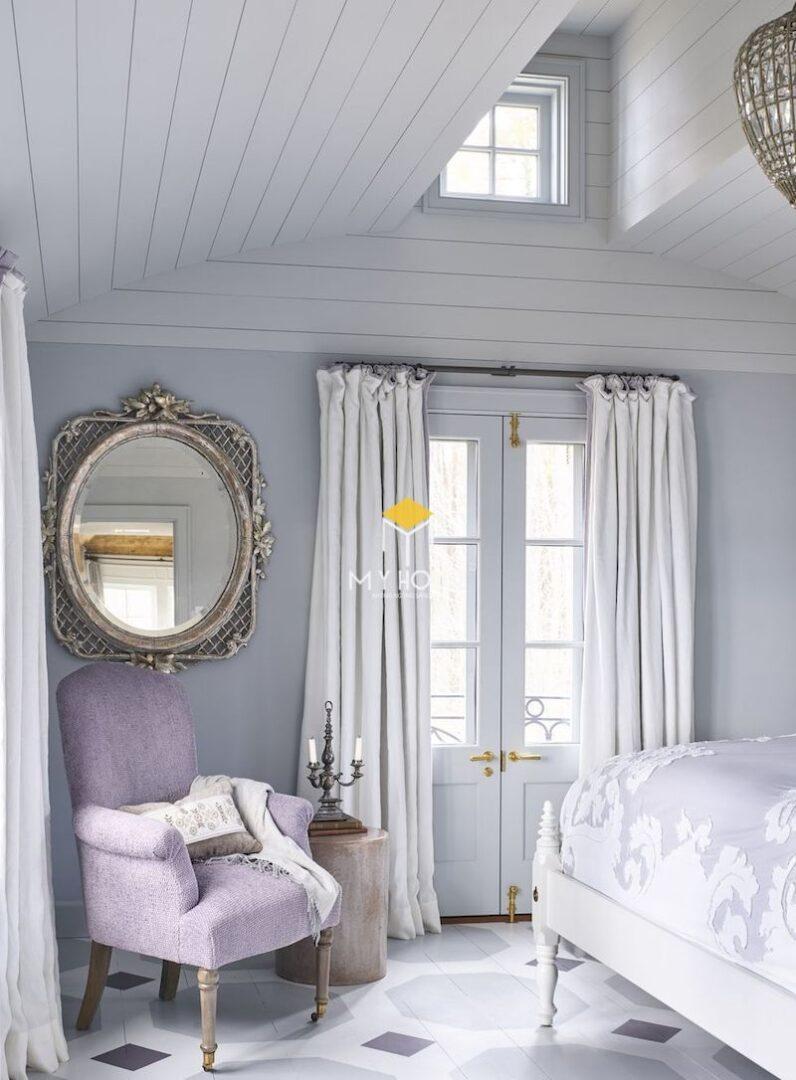 Trang trí nội thất phòng ngủ với ghế sofa đơn màu tím