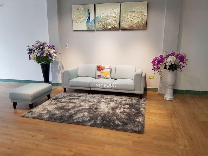 Sofa văng kết hợp ghế đôn tạo thành một bộ bàn ghế cho phòng khách gia đình
