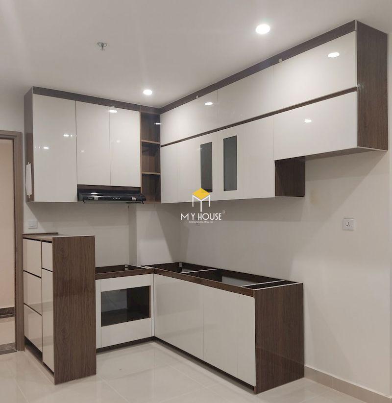 Tủ bếp MDF phủ acrylic trắng kết hợp melaimine vân gỗ óc chó