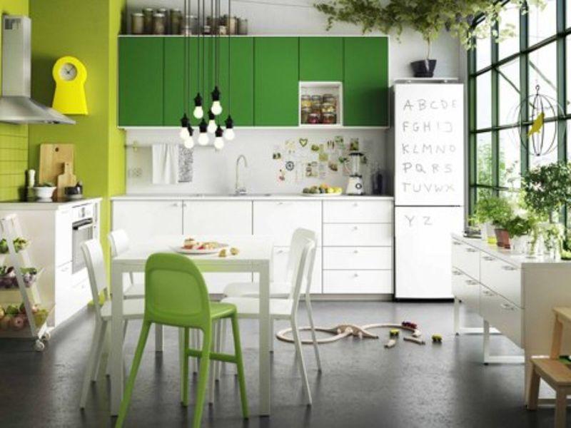 Mẫu phòng bếp có cửa sổ kính thông thoáng tự nhiên