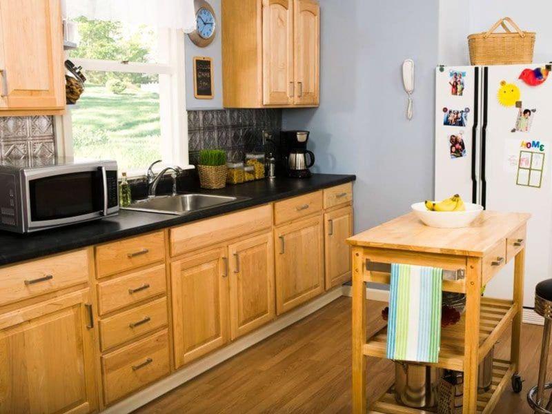 Tủ bếp gỗ tự nhiên cao cấp cho phòng bếp có cửa sổ