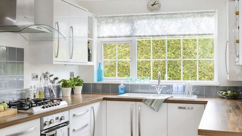 Mẫu tủ bếp có cửa sổ đẹp thông dụng