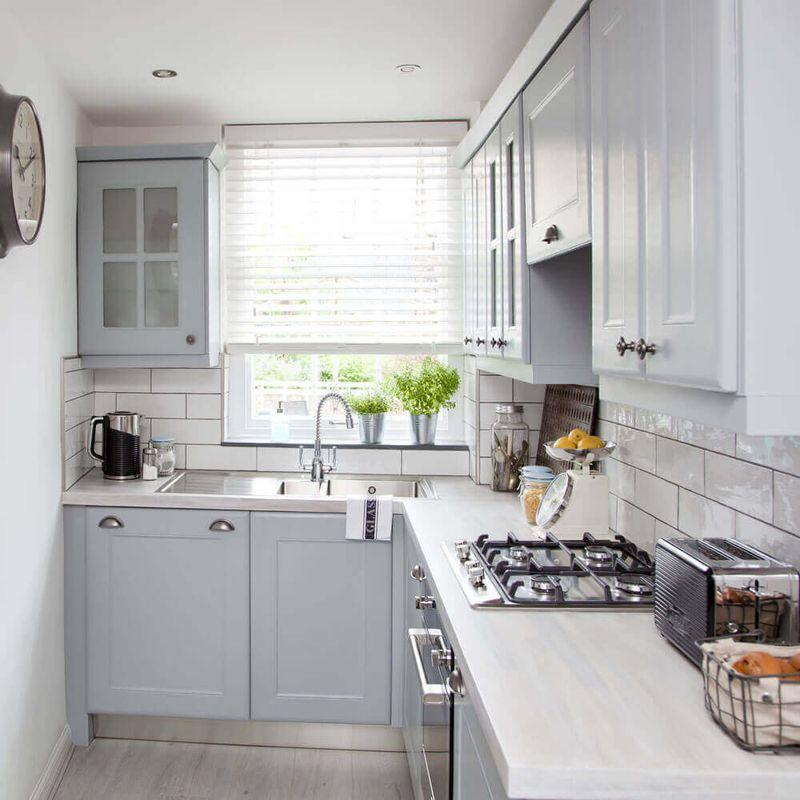 Thiết kế phòng bếp chữ L nhỏ hẹp có cửa sổ đón nắng tự nhiên