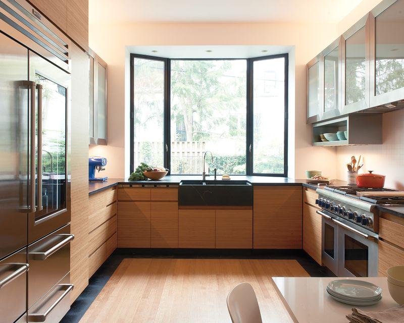 Phòng bếp gỗ tự nhiên có cửa sổ kép