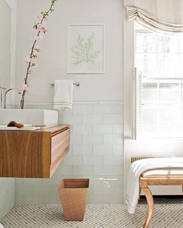 Màu gỗ nổi bật trên nền màu trắng của phòng tắm