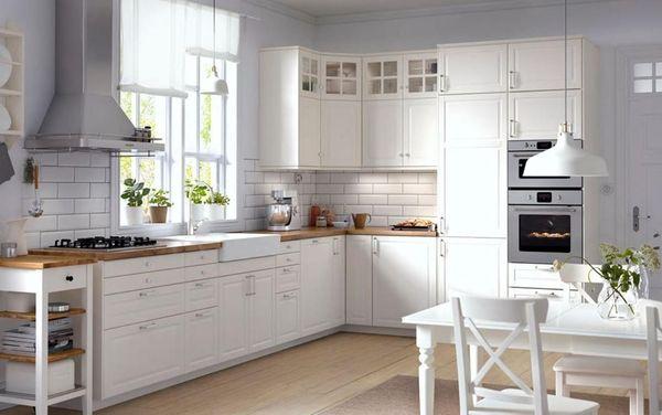 Mẫu phòng bếp chữ L gỗ tự nhiên sơn màu trắng phong cách châu Âu