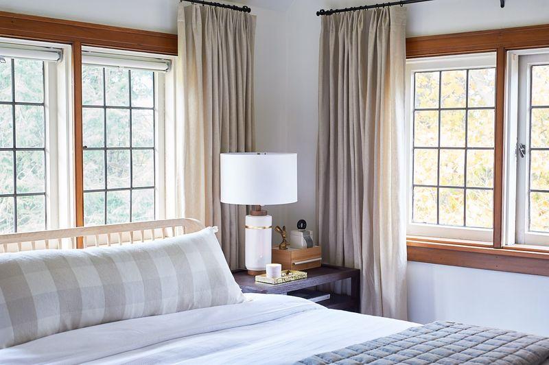 Mẫu thiết kế cửa sổ phòng ngủ hiện đại thông thoáng, nhiều cửa sổ
