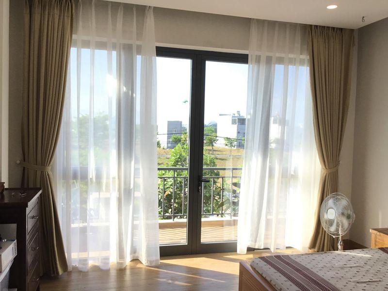 Mẫu thiết kế cửa kính ban công phòng ngủ
