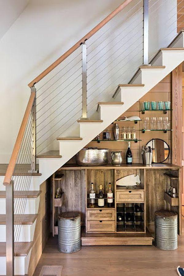 Tận dụng gầm thang để làm tủ chứa dụng bếp, tủ rượu tiện lợi