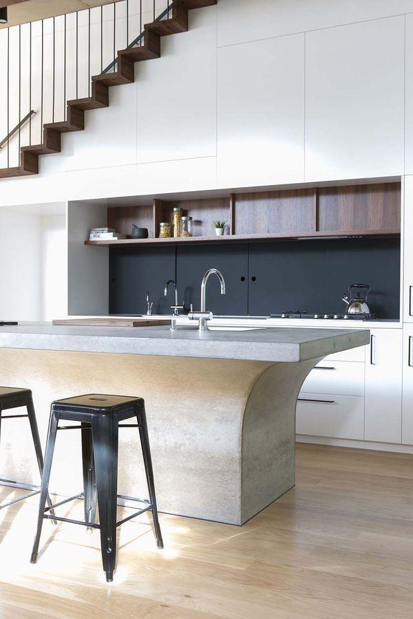 Thiết kế bếp gần cầu thang đẹp, hiện đại