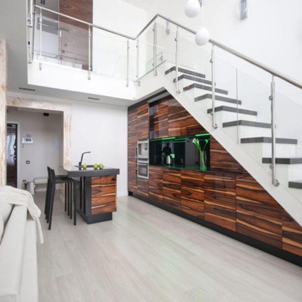Thiết kế bếp gần thang kết hợp đảo bếp cho nhà rộng
