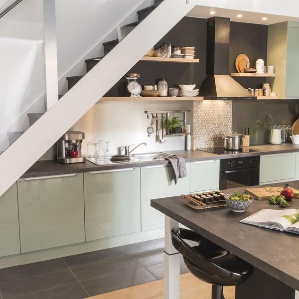 Thiết kế bếp gần thang đơn giản và hiện đại