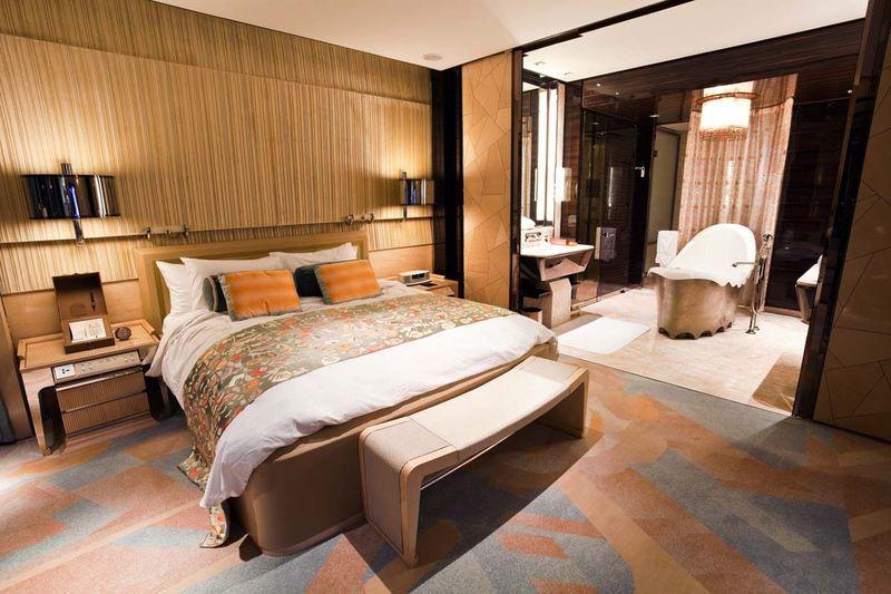 Mẫu thiết kế phòng ngủ có nhà vệ sinh tone vách kính lãng mạn cho phòng ngủ vợ chồng