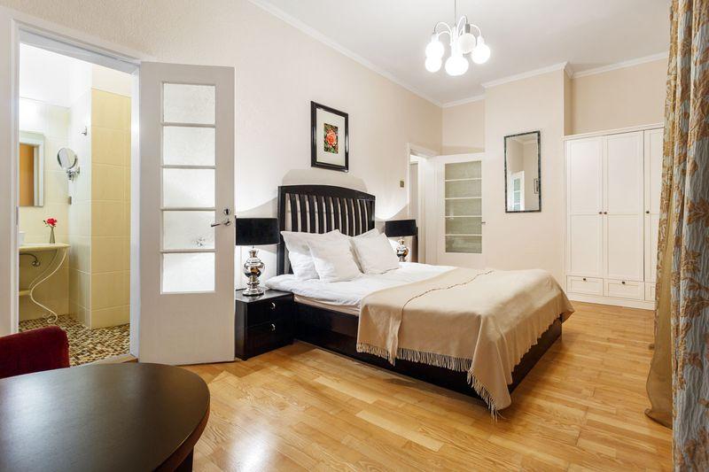 Thiết kế phòng ngủ master đơn giản có nhà vệ sinh
