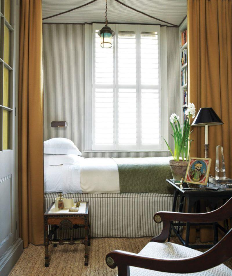 Cửa sổ để đón ánh sáng tự nhiên vào phòng ngủ nhỏ
