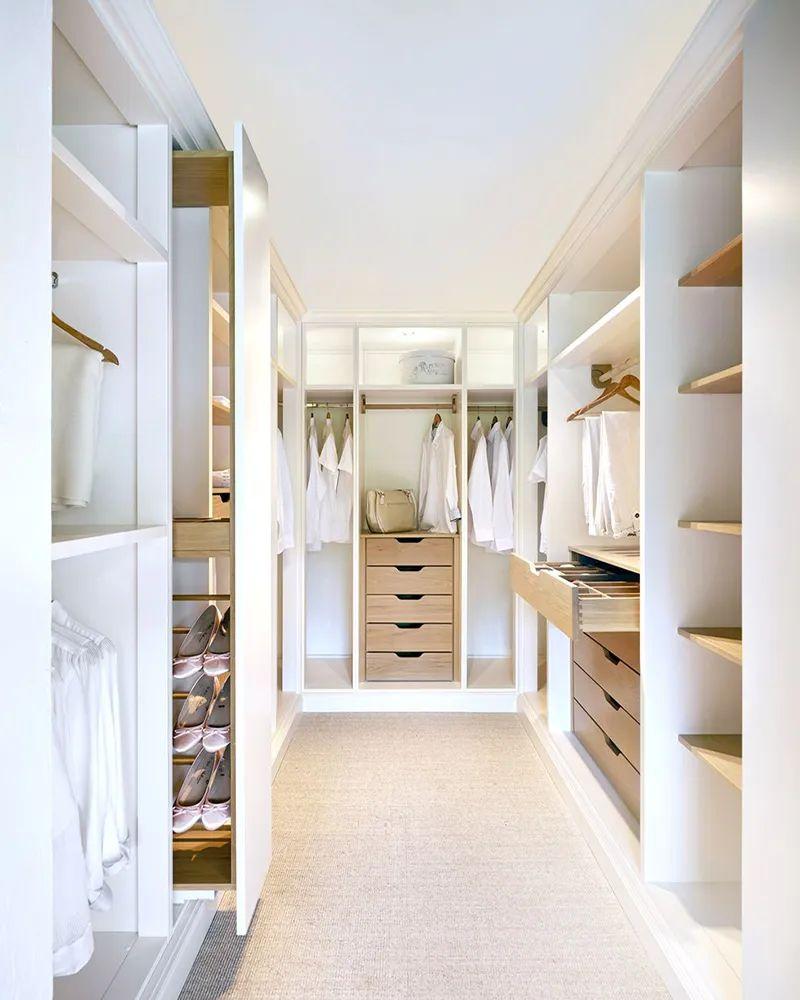 Phòng thay đồ với tủ quần áo gỗ công nghiệp