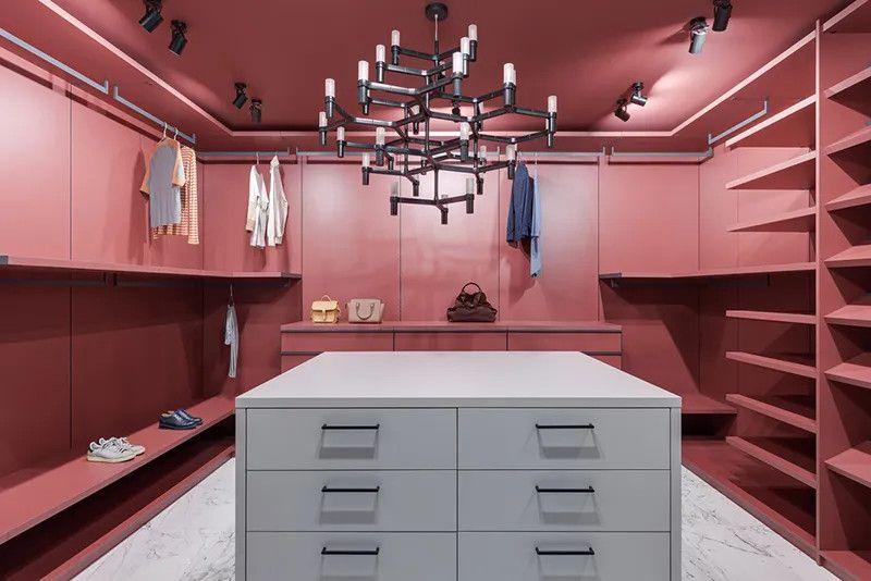 Thiết kế phòng thay đồ riêng với tủ quần áo không cánh, kệ, giá treo