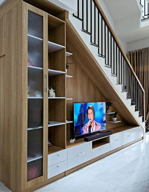 Mẫu trang trí kệ tivi gầm cầu thang đẹp 20