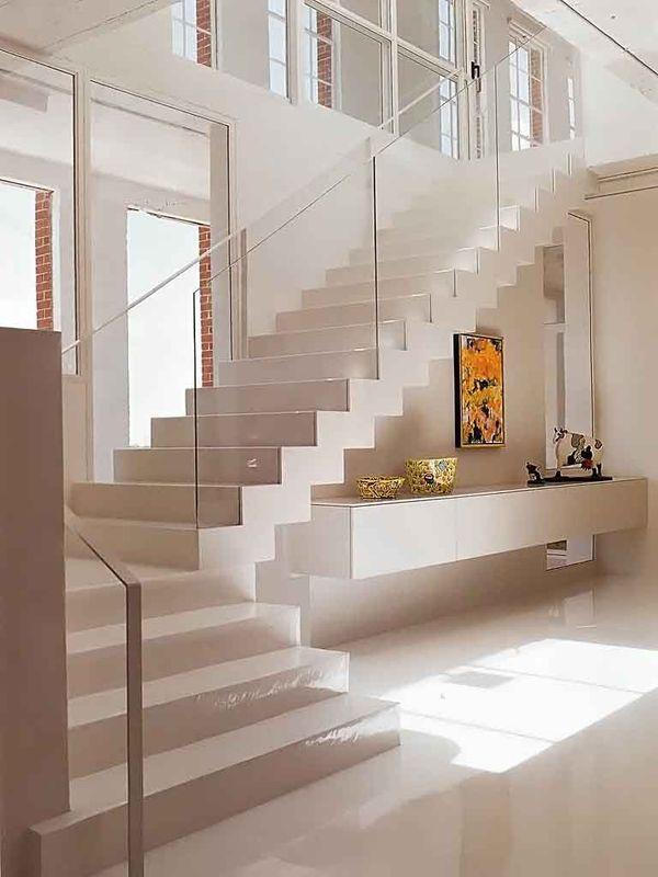 Mẫu trang trí kệ tivi gầm cầu thang đẹp 24