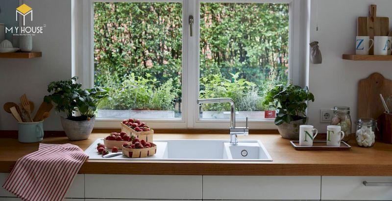 Mẫu tủ bếp chữ L có cửa sổ - Mẫu 15